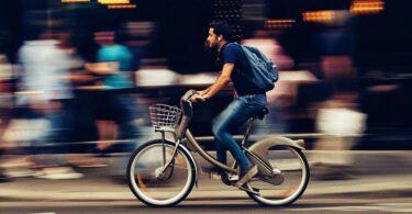 Mann ohne Helm auf einem Fahrrad