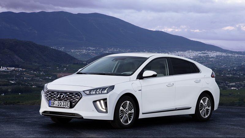 Hyundai Ioniq Elektro mit Landschaft und Stadt im Hintergrund