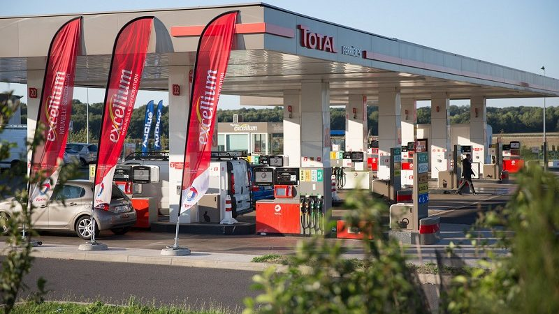 Kurioser Trend: Elektroauto an der Tankstelle laden