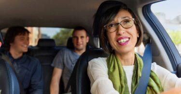 Uber Fahrerin mit Fahrgästen im Auto
