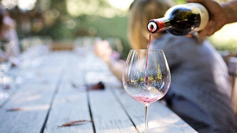 Wein, Weinglas, Rotwein, Freunde, Tisch, Gesellschaft, Hobby