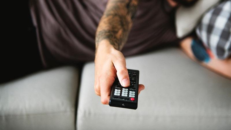 Fernbedienung, Fernseher, TV, Sofa, Amazon Prime im Oktober