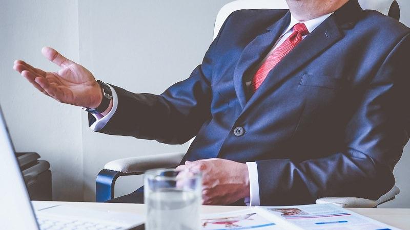 Chef, Anzug, Mann in Anzug, Gespräch, Social Media für Unternehmen