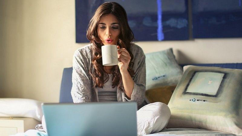 Frau, Laptop, Bett, Teetasse, Heißgetränk, Amazon Prime im November