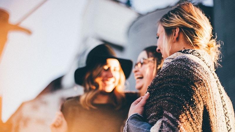 Glücklich, happy, zufrieden, lachende Menschen, Mitarbeiter-Benefits, Corporate Benefits