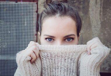 Frau mit Pullover, schüchtern, Zurückhaltung, Stresstyp