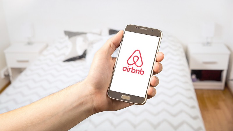 Airbnb, AirBNB, Airbnb-Logo, Bett, Entlassungen