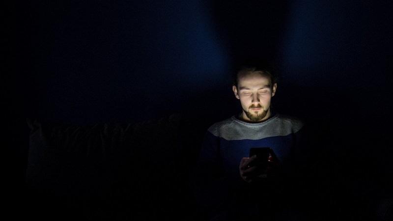 Smartphone bei Nacht, Smartphone im Dunkeln, Dark Mode am Smartphone