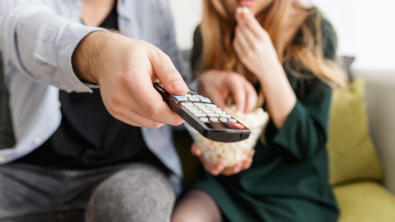 Fernbedienung, Sofa, Popcorn, Paar, TV, Netflix im März