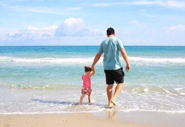 Vater und Tochter, Familie, Strand, Urlaub, Meer, Benefits für Mitarbeiter