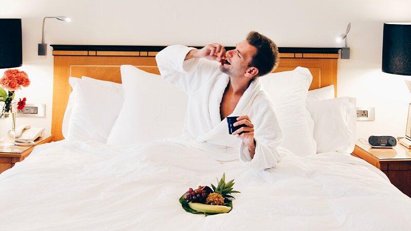 Frühstück im Bett, Mann, Hotel, Urlaub, entspannen