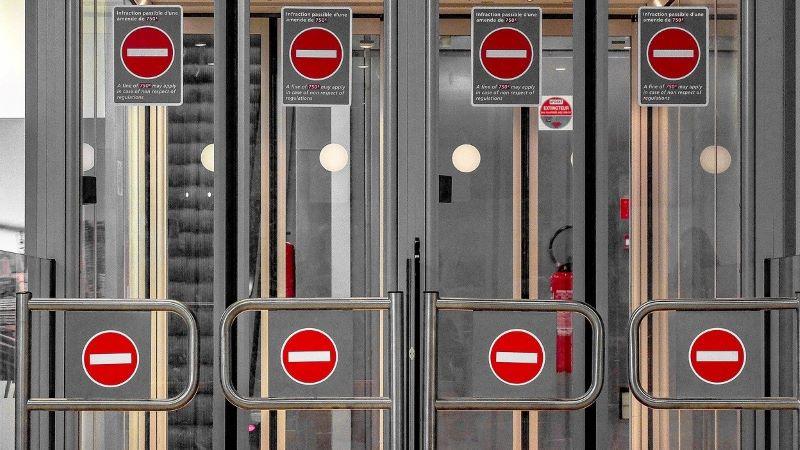 strengere Flughafenkontrollen, Sicherheit, Reisen, Flughafen, Verbot, Verbotsschilder