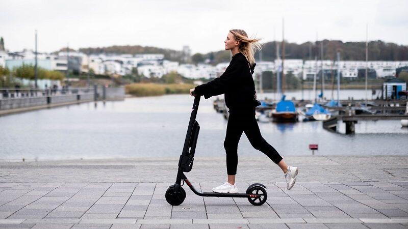 E-Scooter, Frau, Mobilität, Transport, Wunder Mobility, Sharing
