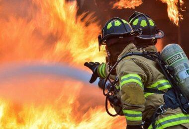 Feuer, Feuerwehr, Berufsfeuerwehr, Feuerwehrleute, Feuerwehrmann, Feuerwehrfrau, Brand, Großbrand, Ausbildungsberufe