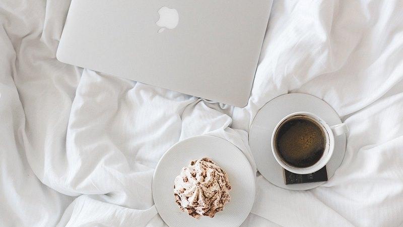 Frühstück, Bett, Frühstück im Bett, Laptop, Kaffee