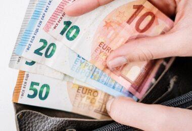 Geld, Gehalt, zusätzliches Gehalt, Geldbeutel, Euro, Euroscheine, lukrative Nebenjobs, gut bezahlte Nebenjobs