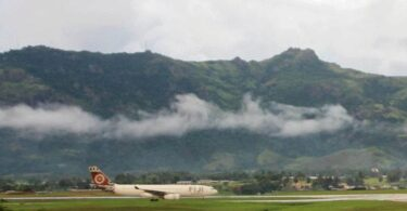 Nadi Airport, Flugzeug, Landebahn, Berge
