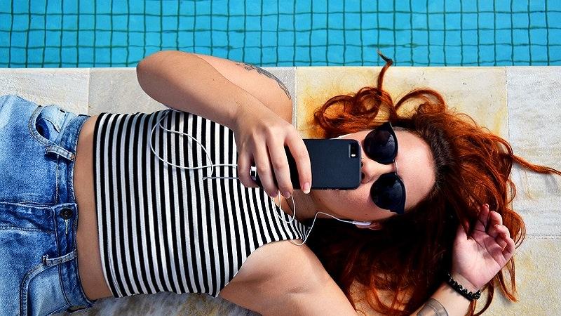 Pool, Schwimmbad, Musik, Kopfhörer, Sommer, Musik-Streaming, meist gestreamte Songs, meistgestreamte Spotify-Songs