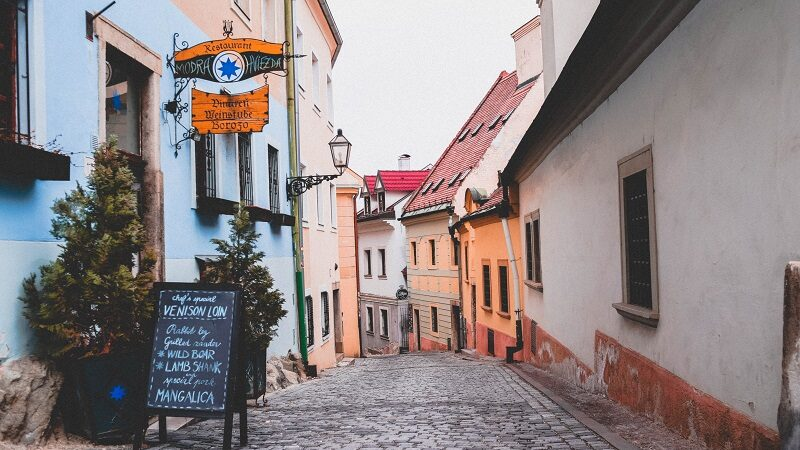 Bratislava, Slowakei, Gasse, Weinstube