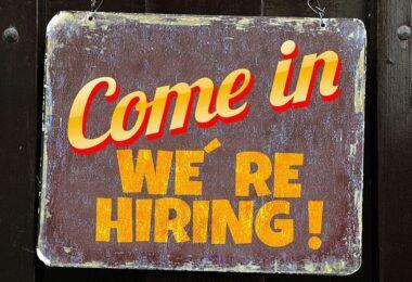Come In, Hiring, Anstellung, Bewerbungsgespräch, Schild, skurrile Fragen im Bewerbungsgespräch
