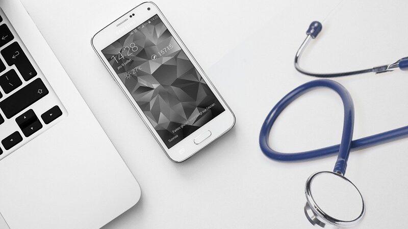 Laptop, Smartphone, Stethoskop, Medizin, Arzt, Algorithmen in der Medizin