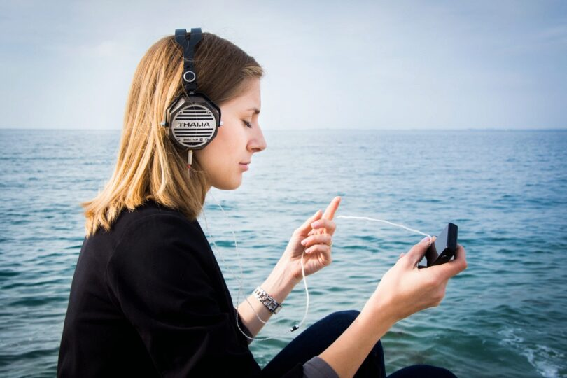 Kopfhörer, Frau, Smartphone, beliebteste Podcast-Themen