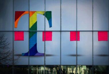 Telekom, Hauswand, Telekom-Logo, wertvolle Arbeitgeber