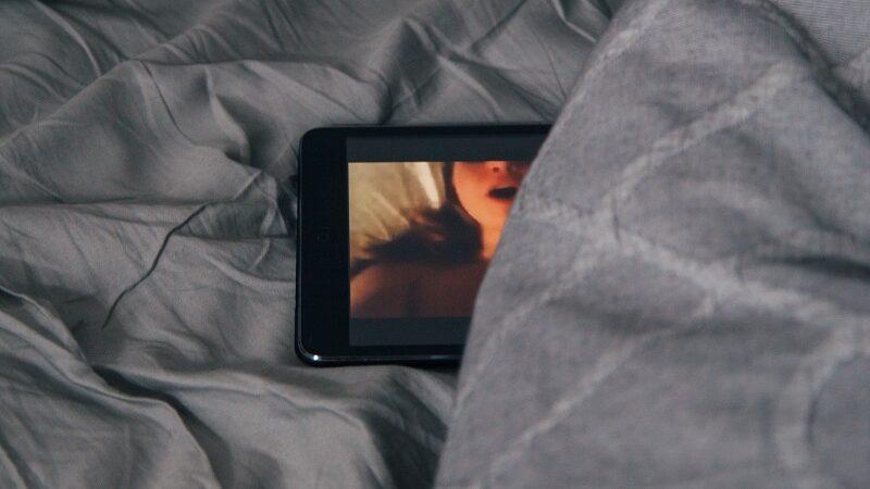 Porno, Smartphone, Digitalsex, Bett, Digisexualität