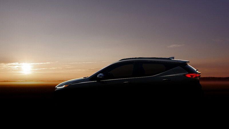 Der Bolt EUV von General Motors im Gegenlicht mit Landschaft.