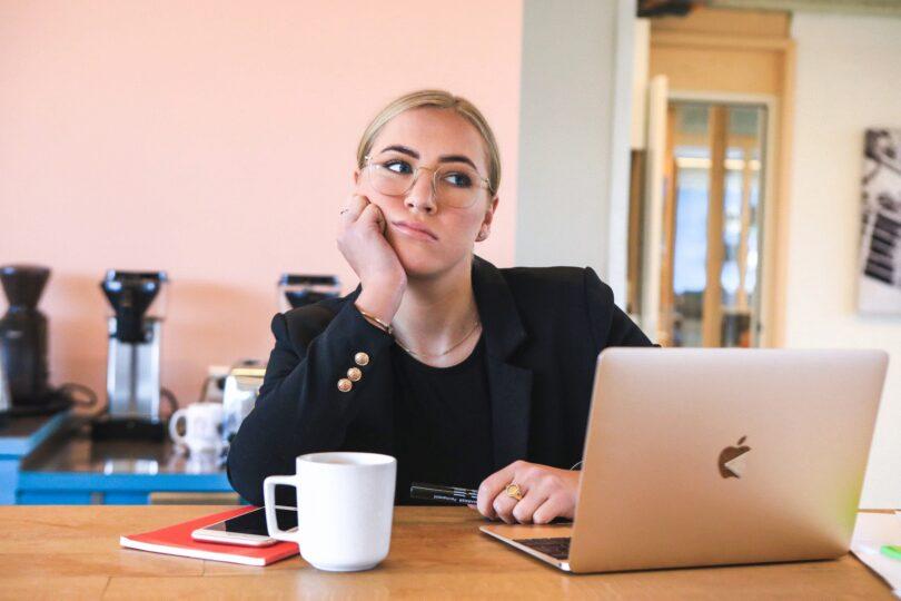 Apple, Laptop, Frau, genervt, gelangweilt, unverschämte Stellenanzeigen