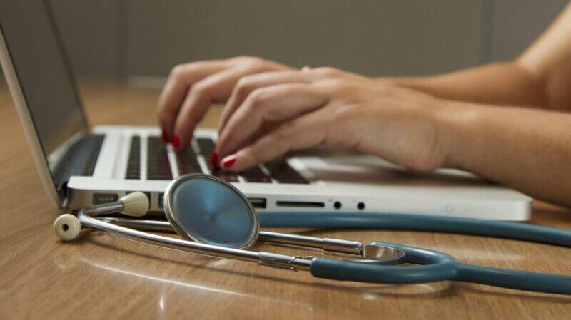 Arbeit, Laptop, Pflege, Jobs für Quereinsteiger