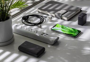 Schreibtisch, Büro, Smartphone, Kabel, laden, Kapazität im Handy-Akku, Akku Kapazität Handy, Akkukapazität Handy, Akku-Kapazität Handy