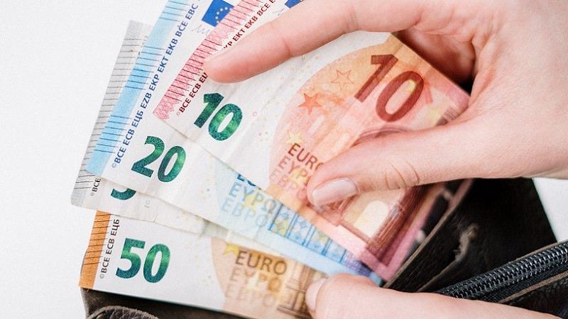 Geld, Euro, Euroscheine, Geldscheine, Geldbeutel, Gehalt in Deutschland