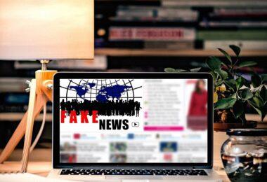 Fake News, Laptop, Schreibtisch