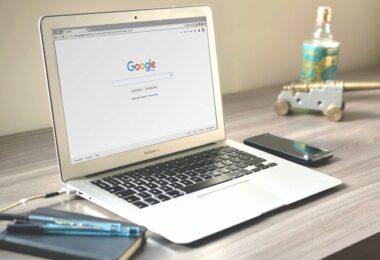Google, Macbook, Schreibtisch
