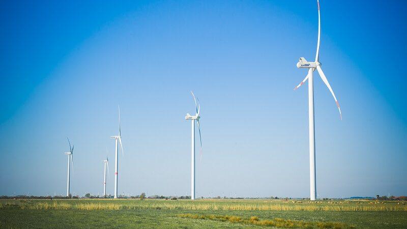 Windräder, Norddeutschland, blauer Himmel, Corona Klima