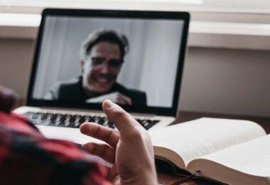 Zoom Call, Zoom-Gespräch, Video-Interview, Hintergrundfarben im Vorstellungsgespräch