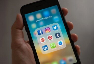 Social-Media-Apps, Social Media, soziale Netzwerke, WhatsApp und Instagram, iPhone, Kinderpornografie-Foren