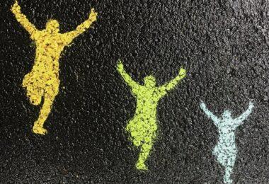 Freude, Erfolg, Hüpfen, Kreide, Asphalt, Projekt erfolgreich beenden