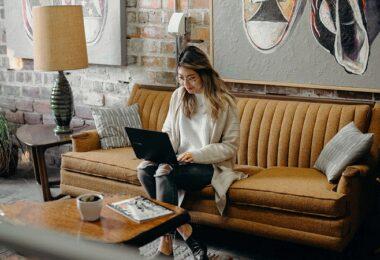 Laptop, Frau, Wohnzimmer, Home Office, Newsletter-Wert
