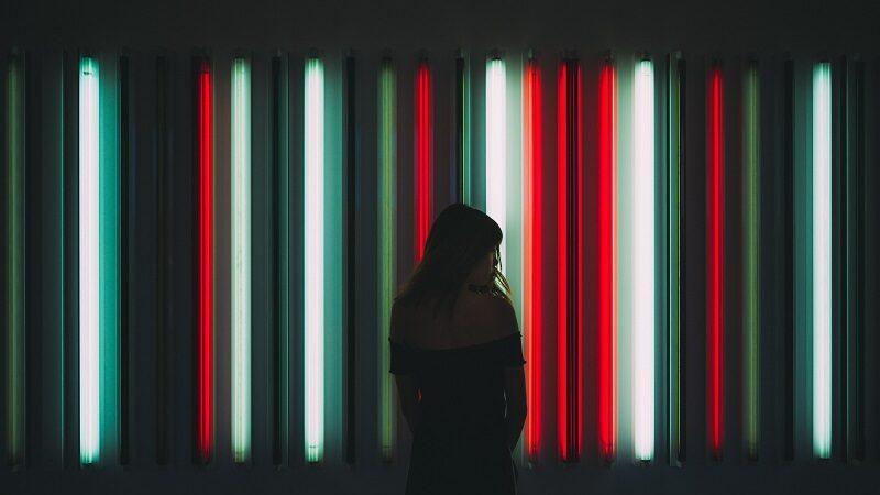 Frau, Neonlichter, digitale Transformation
