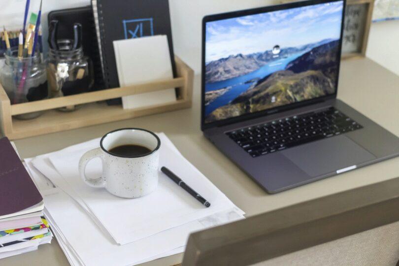 Work, Arbeit, Schreibtisch, Laptop, Kaffee, ortsunabhängig arbeiten, Work from Everywhere