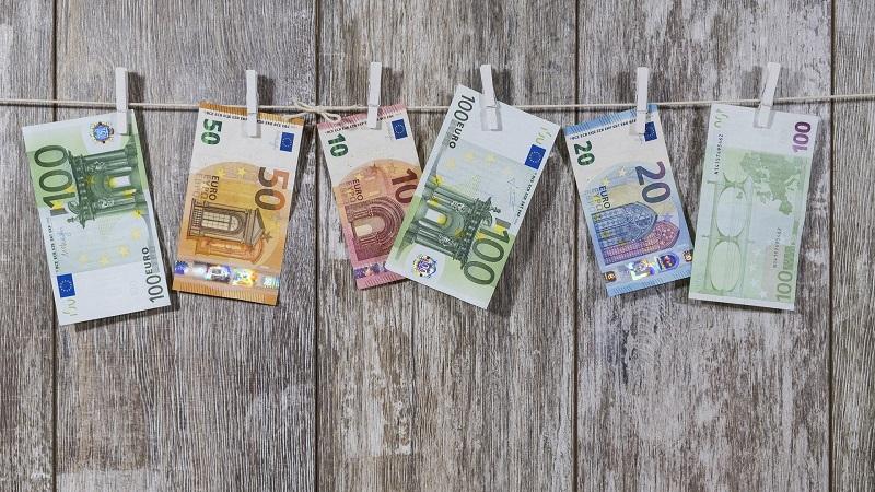 Euro, Geld, Geldwäsche, Betrug, betrügen, Betrügen im Beruf, Betrügen im Job