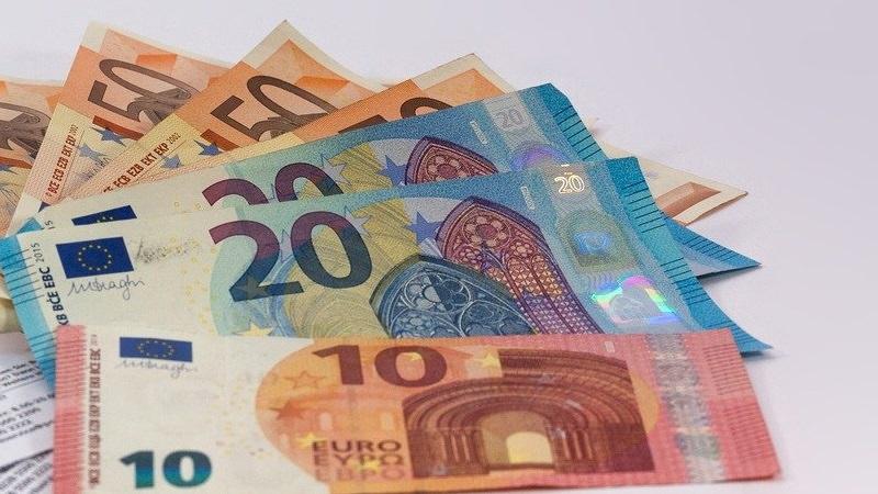 Geld, Euro, Euroscheine, Geldscheine, Dividenden-Erhöhungen, deutsche Dividenden-Aristokraten