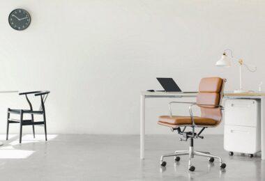 leeres Büro, leerer Schreibtisch, abwesende Führung, abwesende Führungskraft, abwesende Führungskräfte