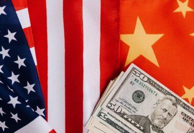China, USA, US-Dollar, Flaggen, Fahnen, beliebteste Aktien im Juli 2021