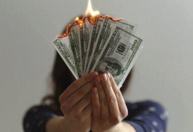 Dollar, Geld, Scheine, Frau, Hand, Bußgelder für Datenschutzverstöße, Datenschutz-Strafen
