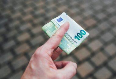 Euro, Euroschein, 100 Euro, Geld, Geldschein, monatliche Dividenden-Aktien, monatliche Dividendenzahler, monatliche Dividendenaktien