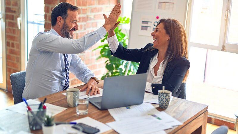 High Five, Abklatschen, Investor, Unternehmen, Geschäftspartner, Beteiligung Start-up