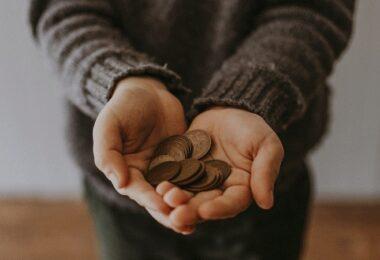 Münzen, Geld, Betteln, Bettler, Lohnfortzahlung im Lockdown